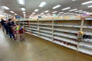 新型コロナの感染拡大で3月の消費者態度指数は急落した(カリフォルニア州の品薄になったスーパー)=ロイター