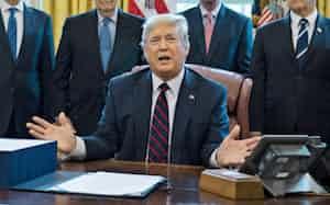 27日、経済対策法案への署名後に記者団に話すトランプ米大統領(ワシントン)=AP