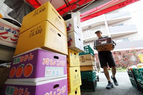 外出自粛要請の発表から売り上げが伸び、仕入れを増やして開店準備をするスーパーの店員(28日午前、東京都練馬区のアキダイ関町本店)