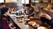 富山県朝日町蛭谷地区で「バタバタ茶」の茶会を楽しむ住民ら=共同