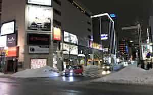 新型コロナウイルスの感染拡大で外出自粛も増え、繁華街ススキノも閑散としていた(3月上旬、札幌市内)
