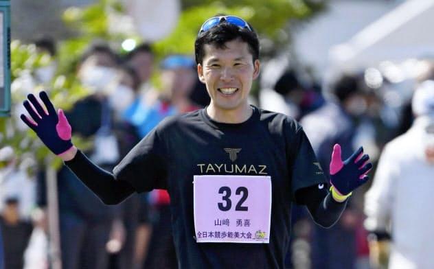 山崎は現役最後のレースで最下位だったものの、完歩したことに充実感をにじませた=共同
