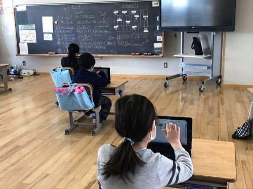 休校中に希望者に開放された学校の教室で自習する子どもたち(茨城県つくば市、18日)