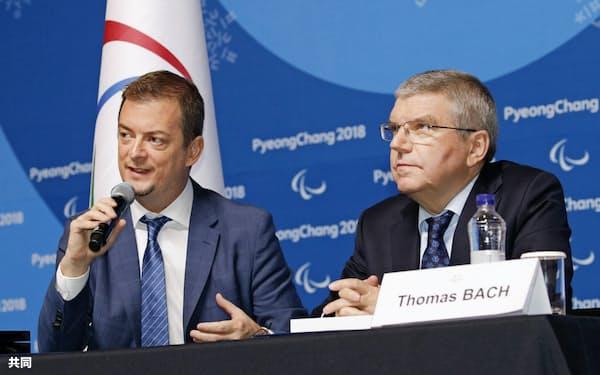 連携協定に関する記者会見でのIPCのパーソンズ会長(左)とIOCのバッハ会長(2018年3月、韓国・平昌)=共同