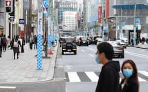 外出自粛要請で歩行者天国が中止された銀座(28日午後、東京都中央区)