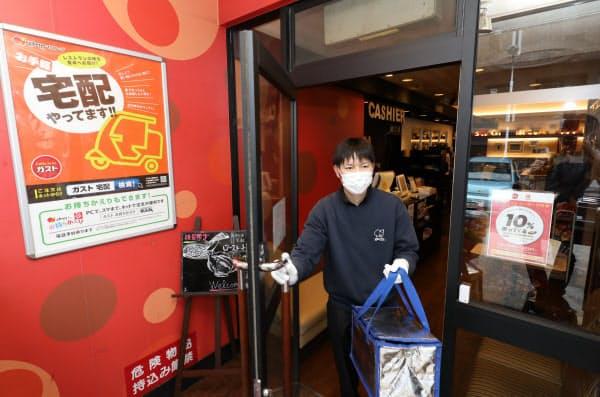 東京都が要請した外出自粛の初日、宅配で食事を届けるガスト関町店のスタッフ(28日、東京都練馬区)