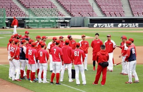 全体練習前にコーチの指示を聞く広島ナイン(28日、マツダスタジアム)=共同