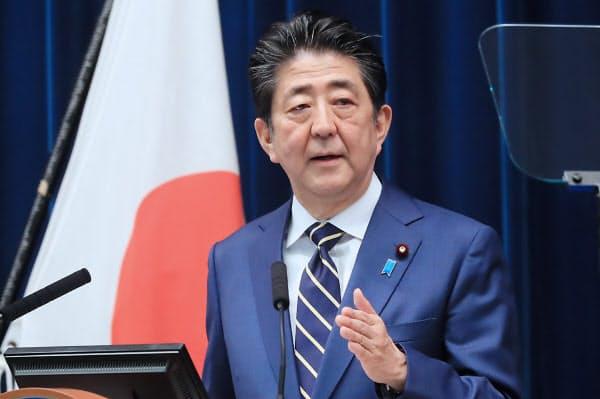 記者会見する安倍首相(28日、首相官邸)