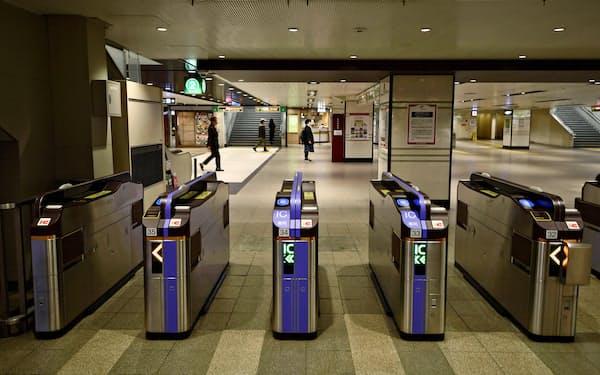 週末の外出自粛要請で利用客が少ない阪急大阪梅田駅(28日午前)=共同
