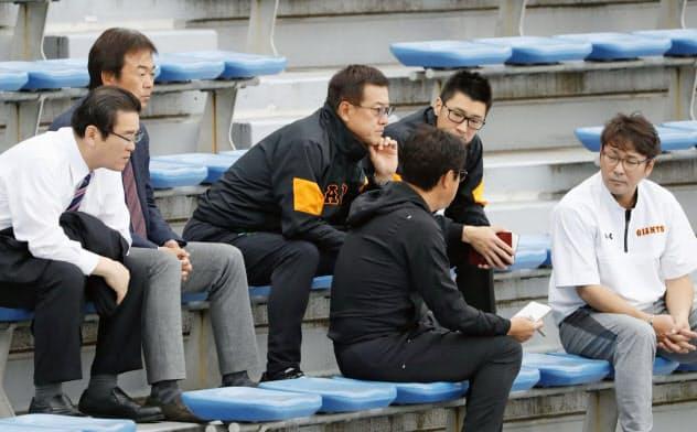 2、3軍の紅白戦をコーチ陣と視察する巨人・原監督(左から3人目)とコーチ陣(28日、川崎市のジャイアンツ球場)=共同