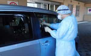 新潟市が運用している「ドライブスルー方式」のウイルス検査のイメージ