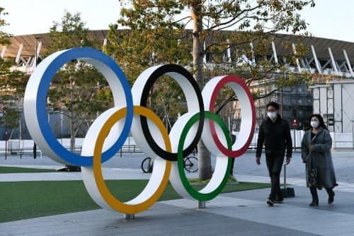 国立競技場の近くに設けられた五輪マークのモニュメント(24日、東京都新宿区)