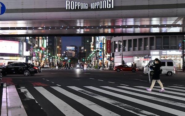 外出自粛要請で人や車の通りが少ない六本木交差点付近(28日、東京都港区)