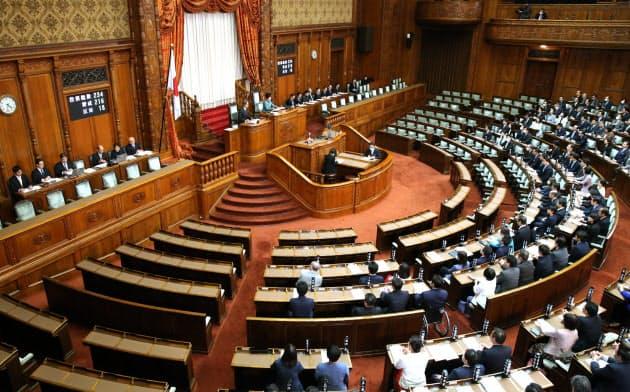 参院本会議場では通常、前方や左右両端の座席が使われていません