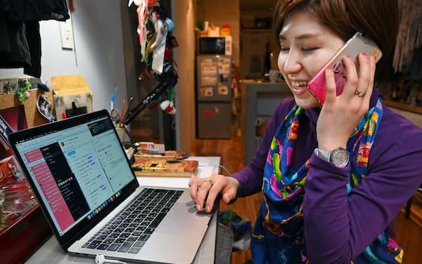 自宅でパソコンの画面を共有しながら上司と打ち合わせを進めるソフトウエア開発会社の女性社員(28日、都内)