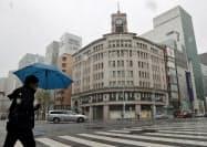 雪が降る東京・銀座。不要不急の外出自粛要請もあり、人通りは少なかった(29日午後)=共同