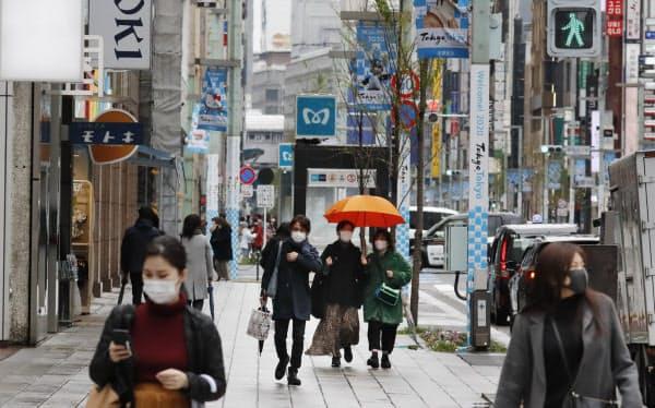 外出自粛要請で人通りが少ない繁華街(29日、東京・銀座)