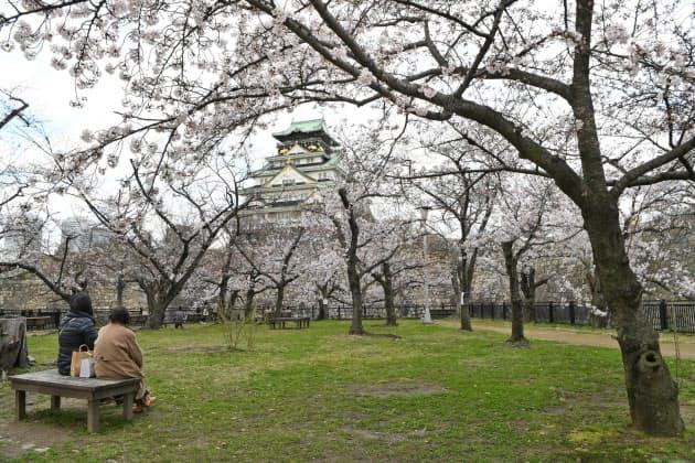 花見客が少ない大阪城公園の西の丸庭園(29日、大阪市中央区)