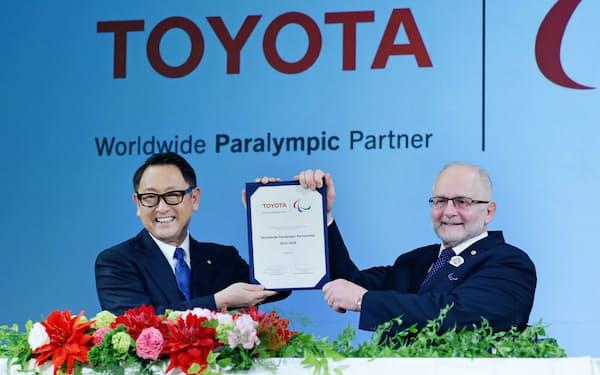IPCのクレーブン会長(当時)とスポンサー契約を交わしたトヨタ自動車の豊田章男社長(左)(2015年11月)