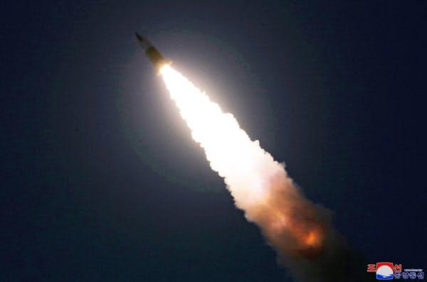 北朝鮮が21日に発射したミサイル=朝鮮中央通信