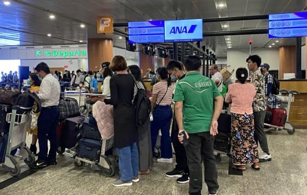 ミャンマー政府は民間旅客機の着陸禁止を決めた(26日、ヤンゴン国際空港)