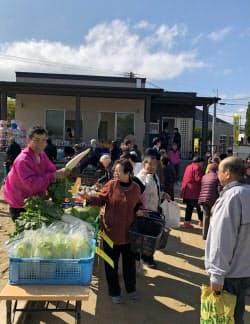 車がなくても高齢者が快適に暮らせる環境づくりが求められている(福岡市博多区の下月隈団地で開かれた移動販売会)