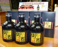 瑞泉酒造が販売している首里城の再建支援ボトル(24日、那覇市)=共同