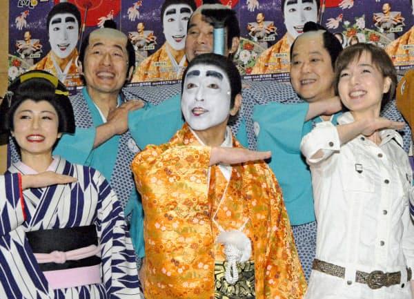 「バカ殿様」の衣装でポーズを取る志村けんさん(前列中央)ら(2013年6月、東京都内)=共同