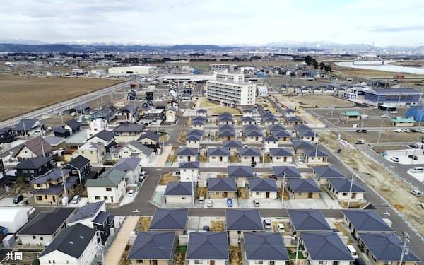 かさ上げした土地に災害公営住宅などが並ぶ宮城県名取市閖上地区(2月、小型無人機から)=共同