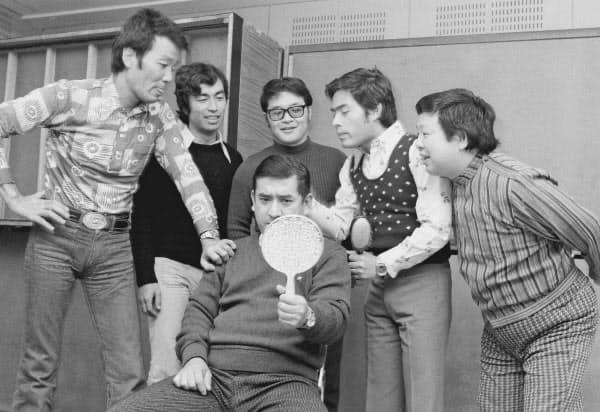 1974年3月、志村けんさん(後列左から2人目)の加入会見後、ポーズをとるザ・ドリフターズのメンバー(東京・赤坂)=共同