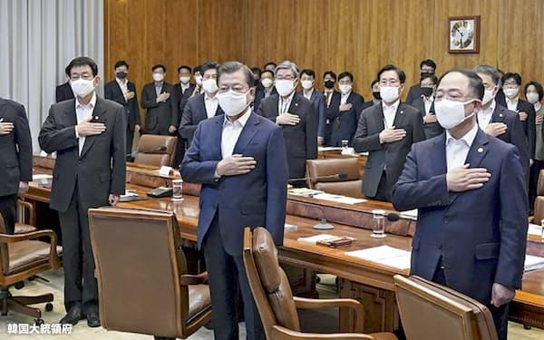 文在寅大統領(前列中央)は所得水準が下位7割の世帯に支援金の一律支給を決めた(30日)=韓国大統領府提供