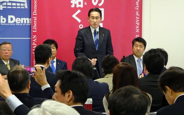 自民党は事業規模60兆円の経済対策が必要だと訴える。(3月30日、党本部)