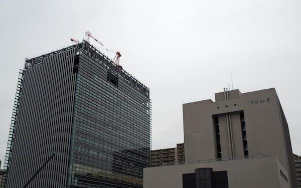 千葉銀行はデジタル化などを推進する(千葉市、左が建設中の新本店)
