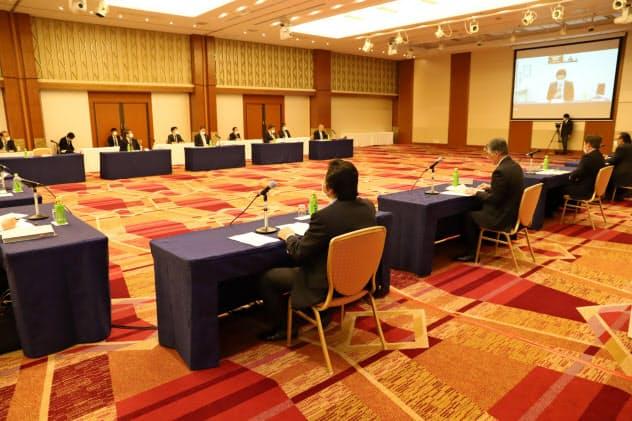 新型コロナウイルスの感染拡大を受け、秋田と東京をウェブ会議システムで結び、出席者の間隔を空けた(30日、秋田市内)