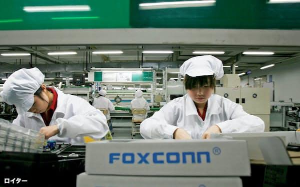 鴻海が中国に構築した製造網に逆風が強まっている(10年、広東省深圳の工場)=ロイター