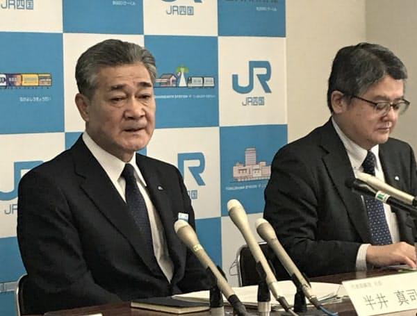 会見したJR四国の半井社長(左)(30日、高松市)