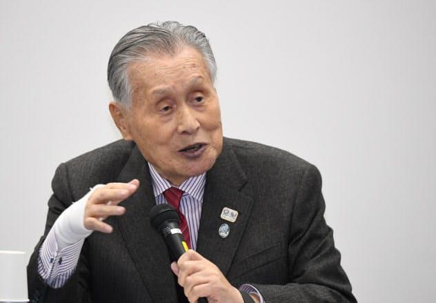 東京五輪・パラリンピックの開催日程が決まり、記者会見する大会組織委員会の森会長(30日、東京都中央区)