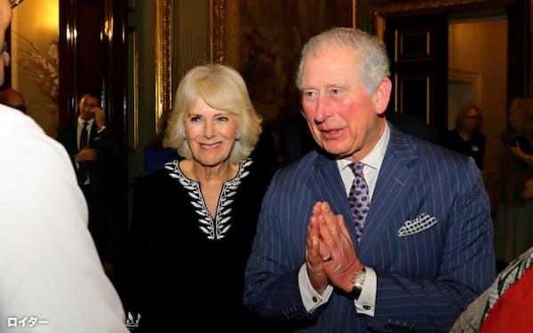 新型コロナウイルスに感染したチャールズ皇太子(右)とカミラ夫人(9日、ロンドン)=ロイター