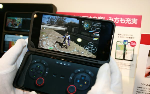 NTTドコモが発売する5G対応2画面スマホ