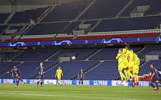 無観客のなか、欧州チャンピオンズリーグでプレーするパリ・サンジェルマンとドルトムントの選手たち(3月11日、UEFA提供)=AP