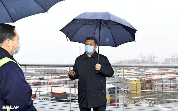 3月29日、浙江省の港湾地区を視察する習近平国家主席=新華社AP