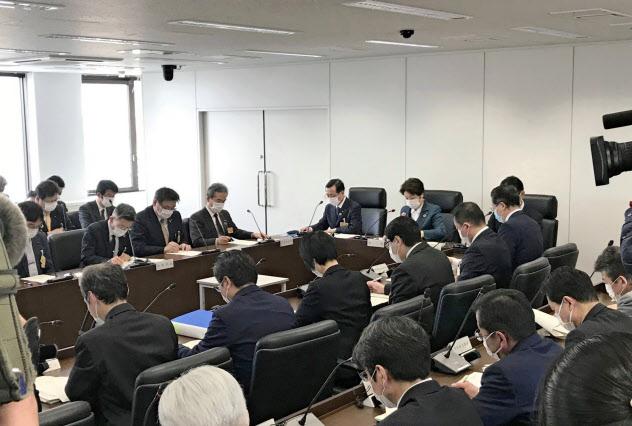 危機対策本部会合で初の感染事例に対し指示を出す山形県の吉村美栄子知事(31日、山形市)