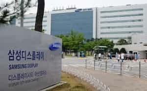 液晶パネルの生産ラインを次世代パネル向けに転換する(韓国中部のパネル工場)=サムスン電子提供