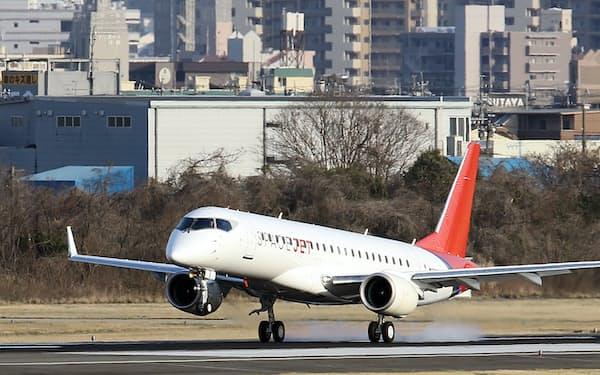リストには航空機を製造する三菱重工業などインフラを担う企業が並んだ(県営名古屋空港に着陸するスペースジェット)