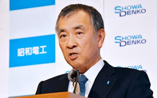 日立化成の買収について記者会見する昭和電工の森川宏平社長(2019年12月)