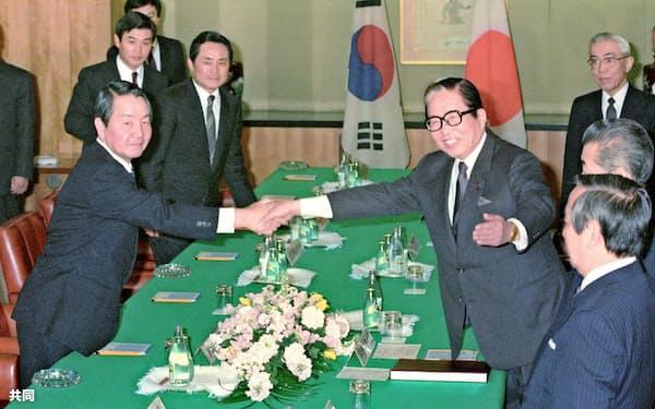 来日した韓国の崔浩中外相(左)と握手する宇野宗佑外相(1989年4月)=共同