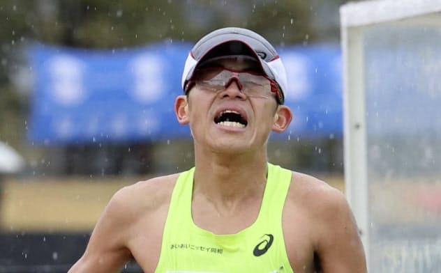びわ湖毎日マラソンでゴールする川内(3月8日)=共同