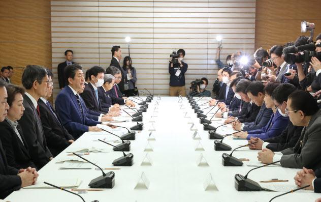 新型コロナウイルス感染症対策本部であいさつする安倍首相(28日、首相官邸)