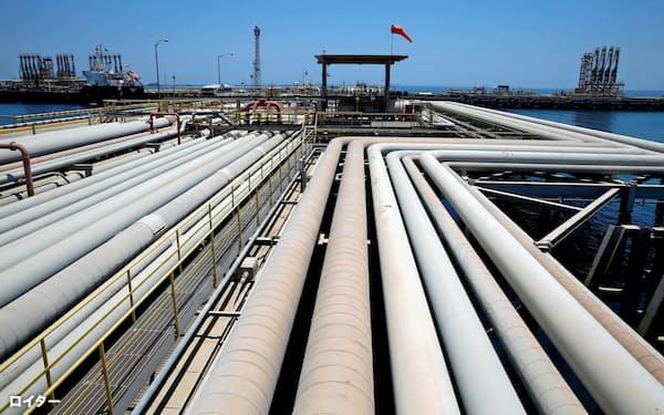サウジは供給増を強行する(サウジ東部ラスタヌラの石油輸出ターミナル)=ロイター