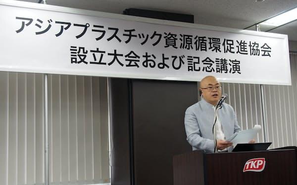 協会の設立式典で話す王旺会長(東京都千代田区)
